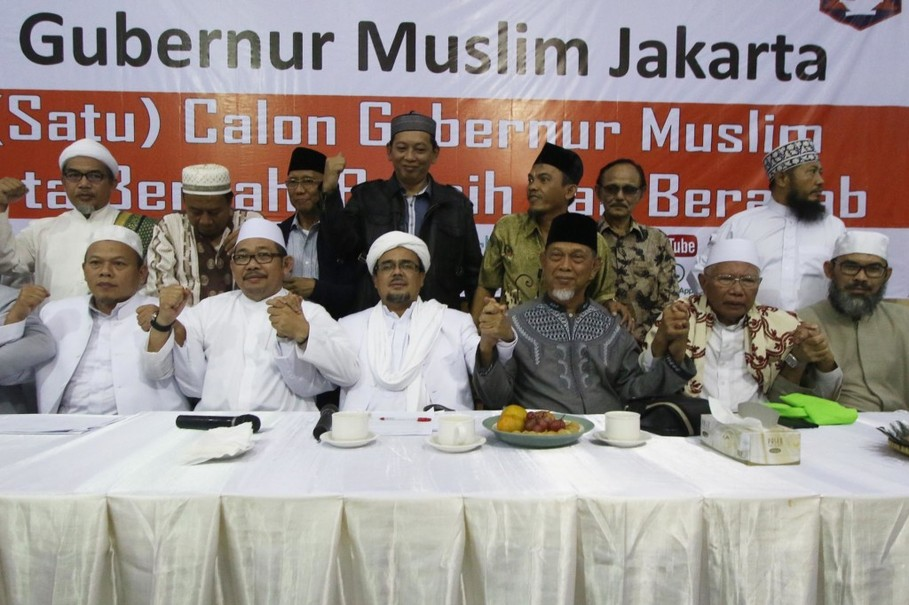 Imam Besar Front Pembela Islam (FPI) Habib Rizieq Syihab (ketiga kiri) bersama bersama para anggota FPI berjabat tangan usai membuka Konvensi Menuju Satu Cagub Muslim di Jakarta, Kamis (25/2)